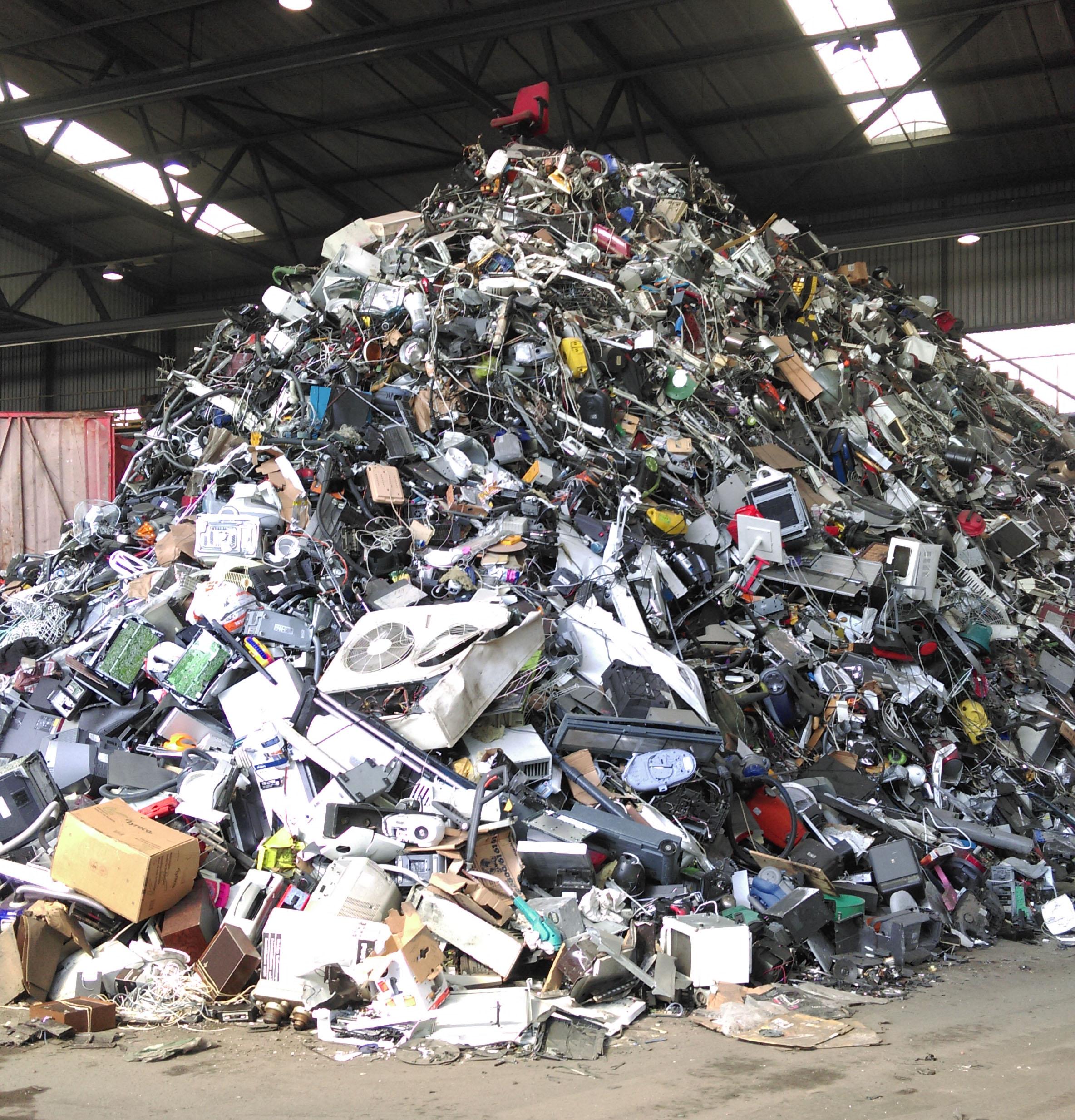 """Record battu pour la quantité de """"e-déchets"""" en 2014"""